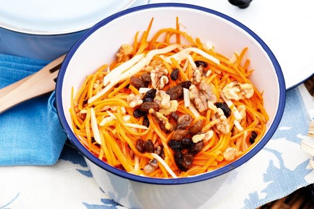 Салат из моркови и яблок с грецким орехом